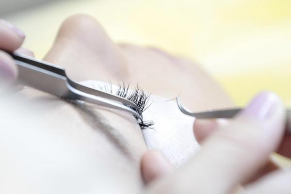 Поставяне на мигли косъм по косъм